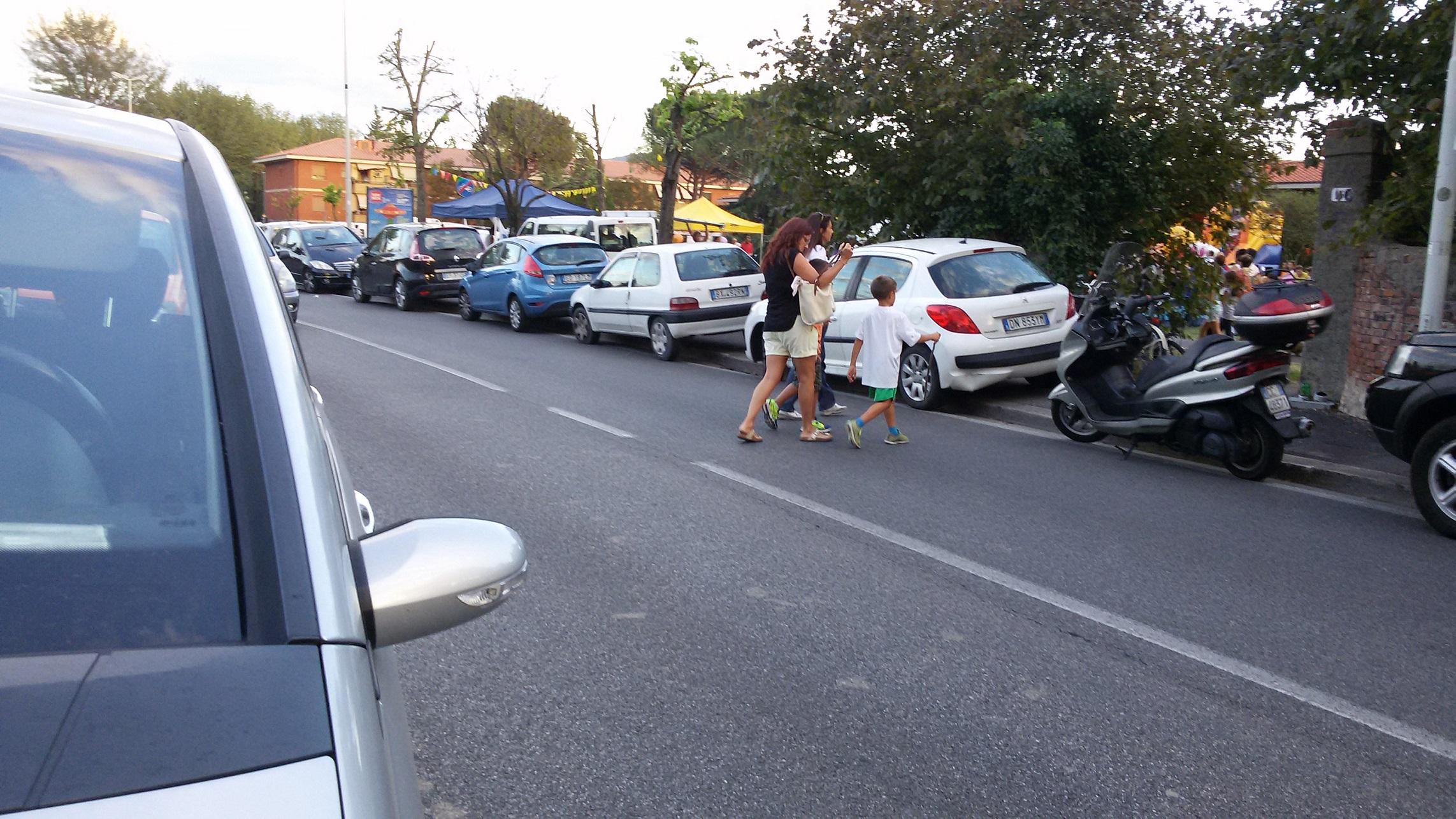 auto su marciapiedi a Festa sport