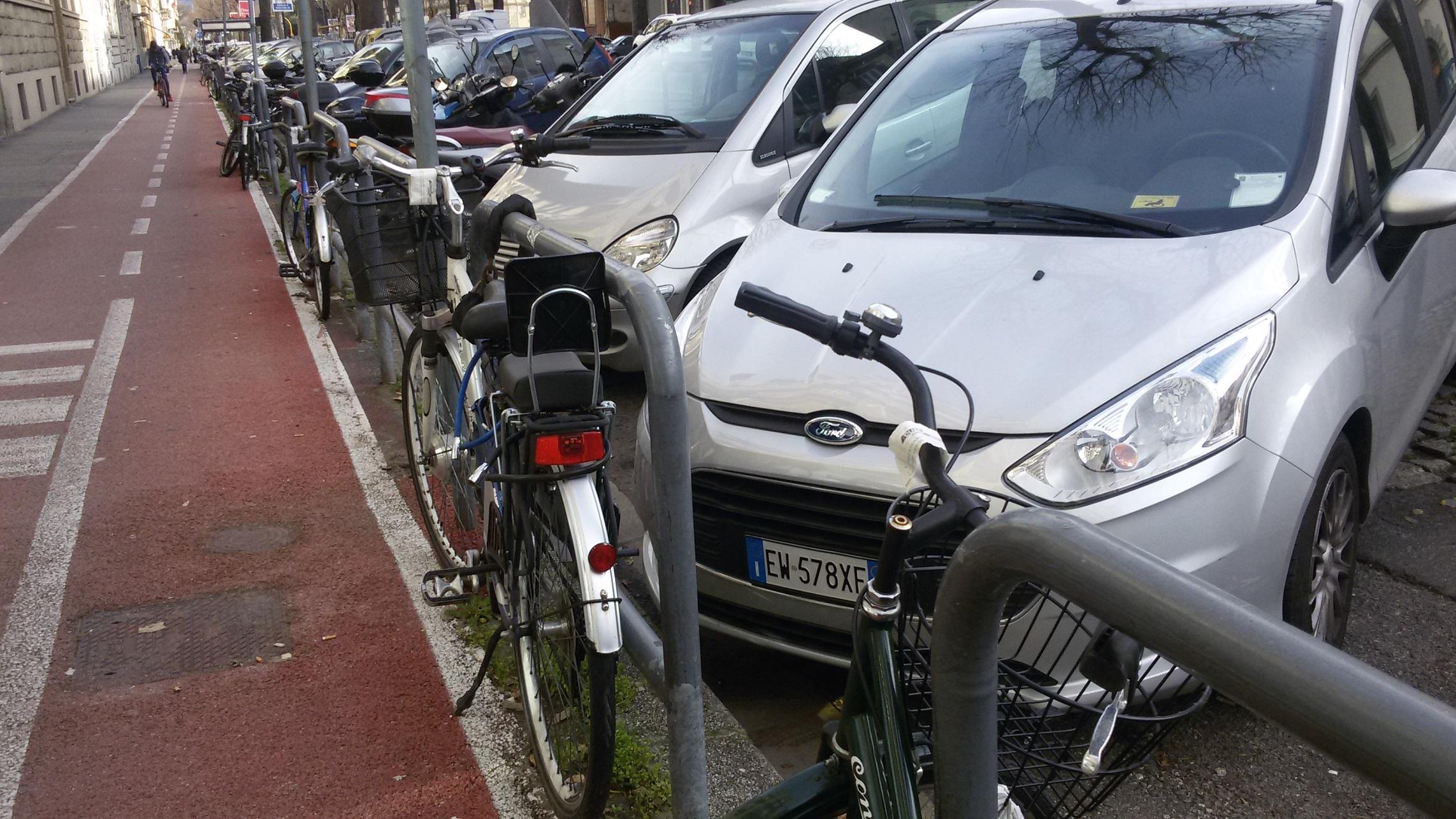 bici legate a parapedonali v.Mille
