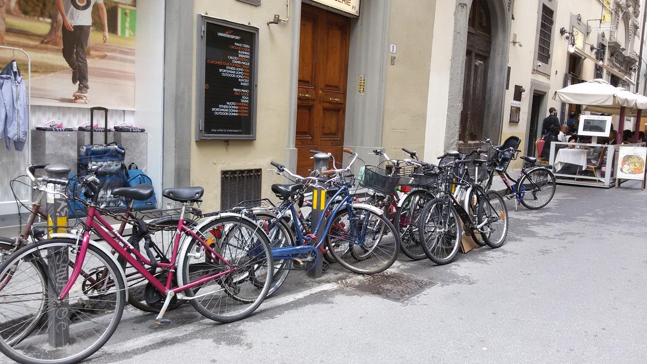 bici-legate-alle-catene-in-fondo-a-v-ricasoli