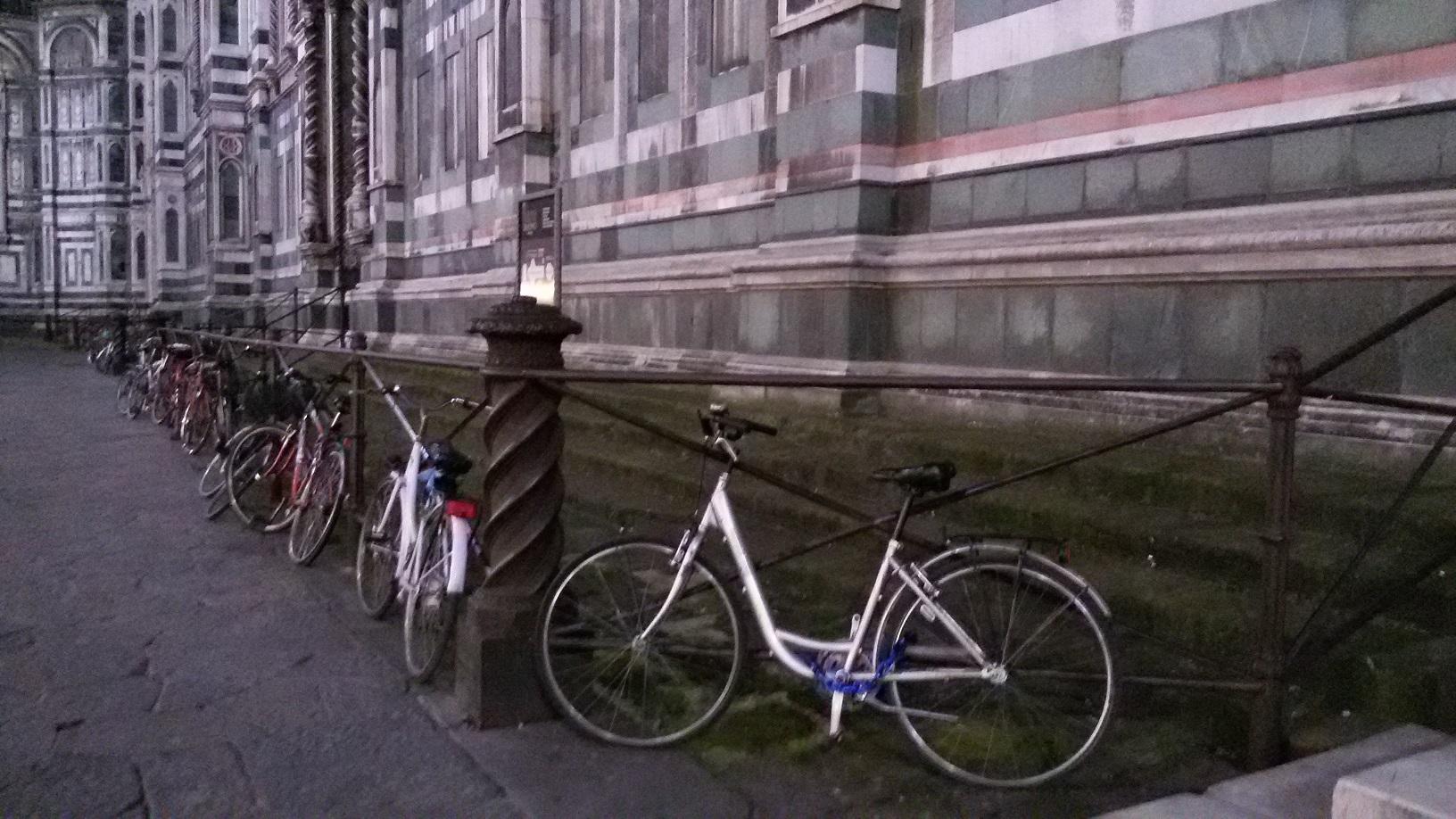 bici legate intorno al Duomo