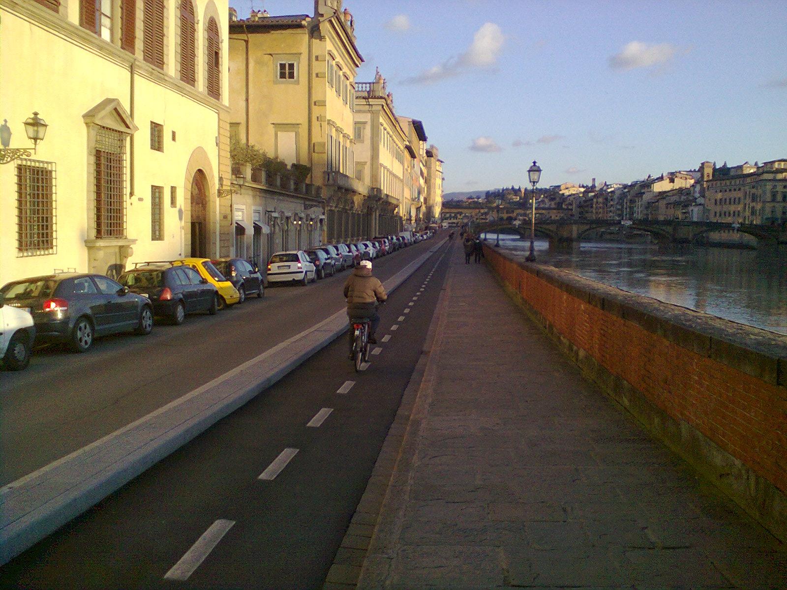 ciclista lungo l'ArnoFoto0615